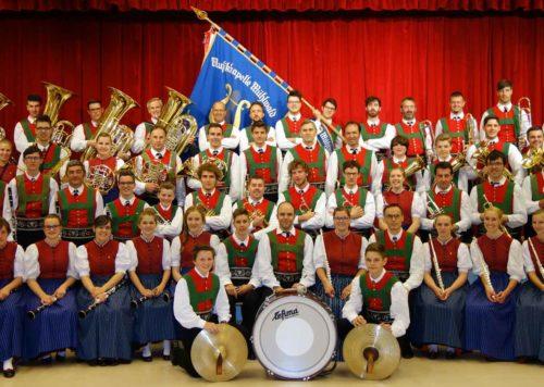 Gruppenbild mit Kapellmeister - Musikkapelle Mühlwald