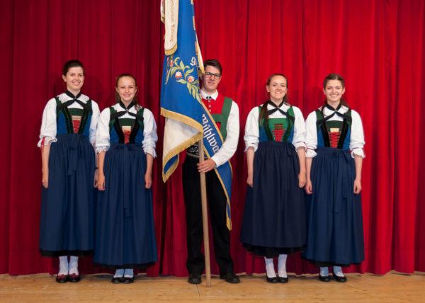 Musik Kapelle Mühlwald: Fähnrich und Marketenderinnen